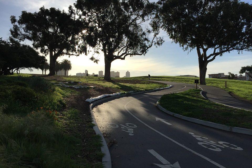 Puis-je emprunter une piste cyclable en vélo électrique ?